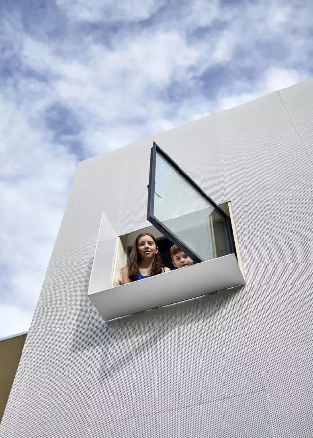 为了纵容家里3个野孩子,他们把房子设计成了玩具收纳箱